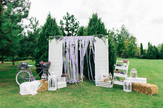 Huwelijksboog met deuren en fiets Premium Foto