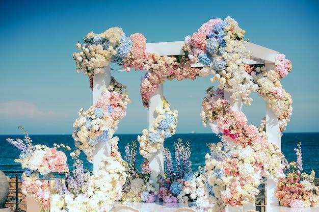 Huwelijksboog met veel verschillende bloemen Gratis Foto