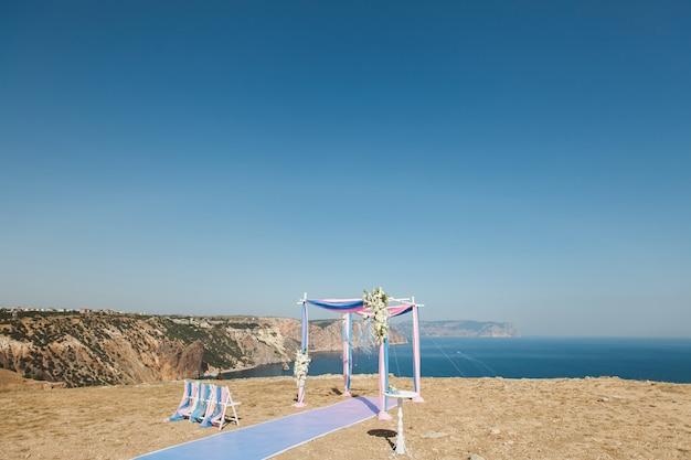 Huwelijksboog op de berg Premium Foto