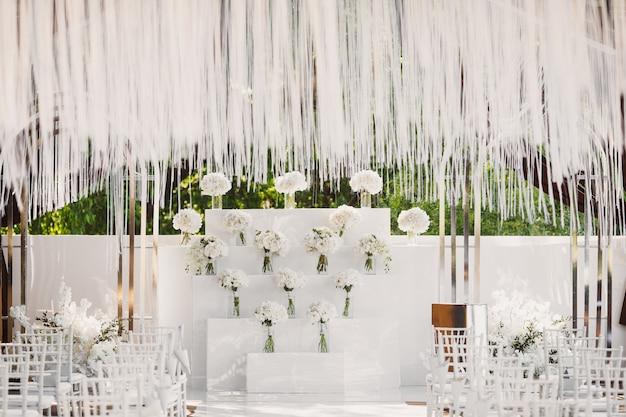 Huwelijksceremonie in witte stijl Gratis Foto