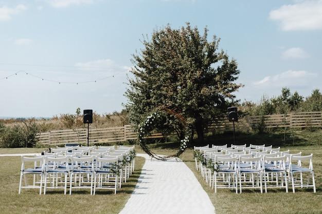 Huwelijksceremonie plaats op de natuur buiten in de zomer Gratis Foto
