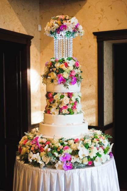 Huwelijksdetails - bruidstaartdessert met bloemen als decor Premium Foto