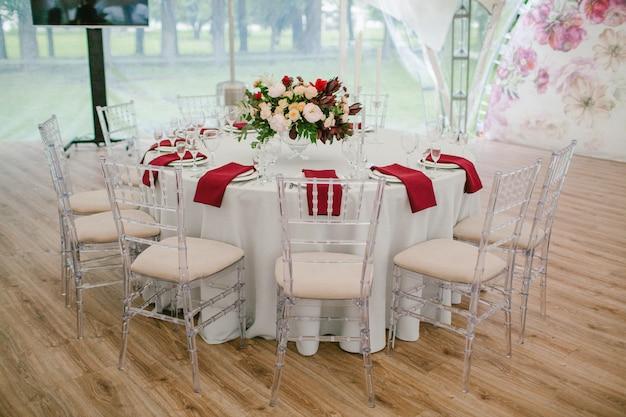 Huwelijkslijst met bloemen wordt verfraaid die Premium Foto