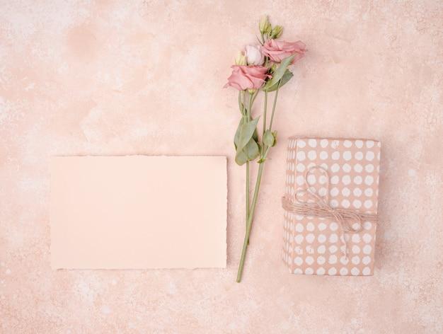 Huwelijksregeling met uitnodiging en bloemen Gratis Foto