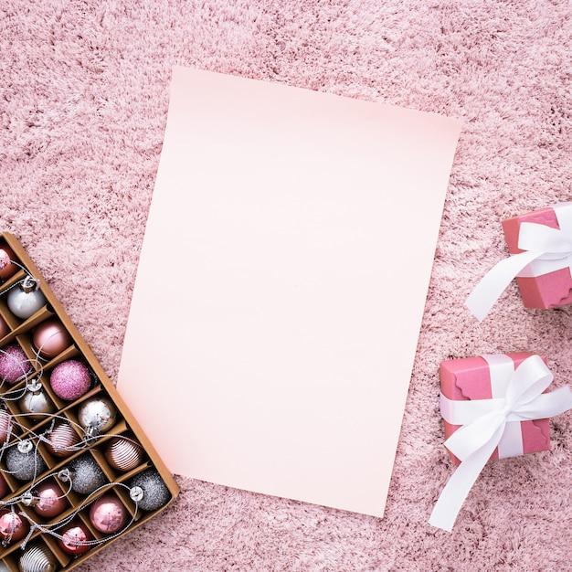 Huwelijkssamenstelling met giften op een roze tapijt Gratis Foto