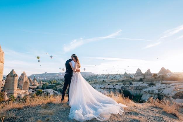 Huwelijkssessie in cappadocië, turkije met luchtballonnen Premium Foto