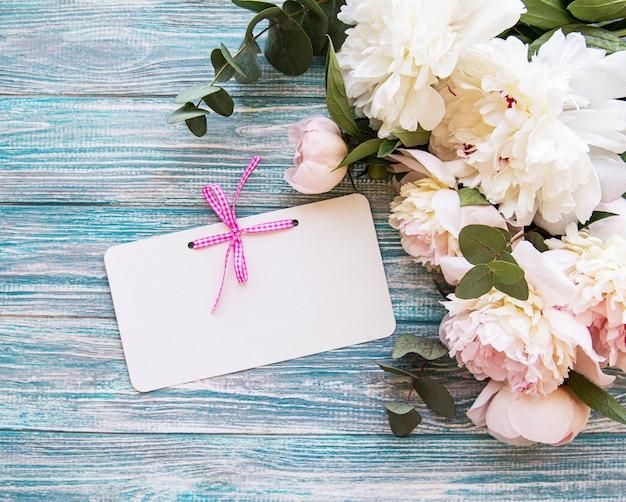 Huwelijksuitnodiging met roze pioenen Premium Foto
