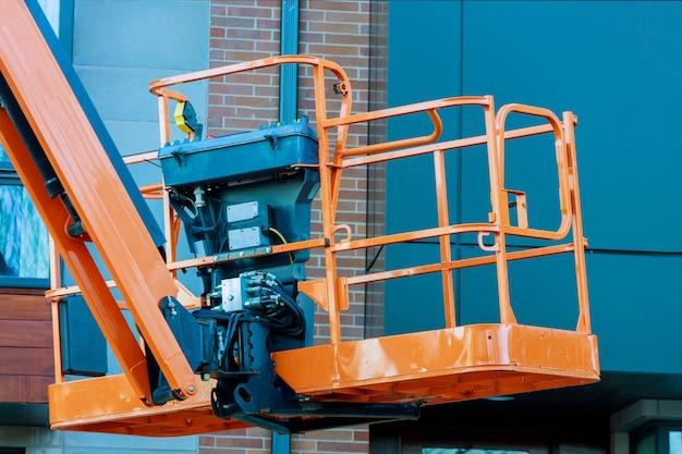 Hydraulisch hefplatform van de bakcabine van een telescopische lift op werkende bouwplaats Premium Foto