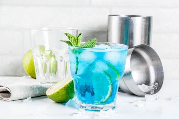 Iced blauwe alcoholcocktail Premium Foto