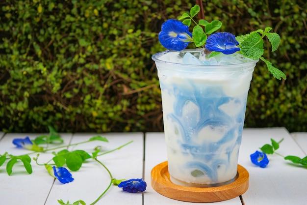 Iced blue pea milk of iced butterfly pea latte met melk Premium Foto