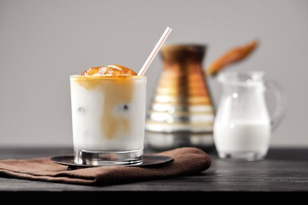 Iced latte met bevroren koffieblokjes en zoete room Premium Foto