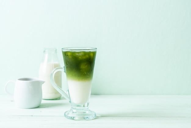 Iced matcha groene thee latte Premium Foto