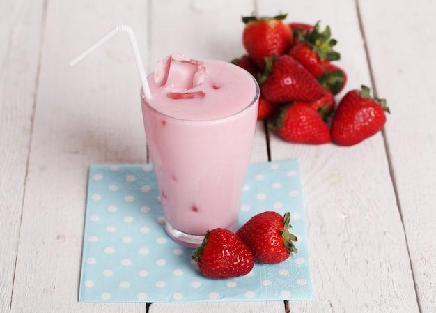 Iced pink cocktail en verse aardbeien Gratis Foto