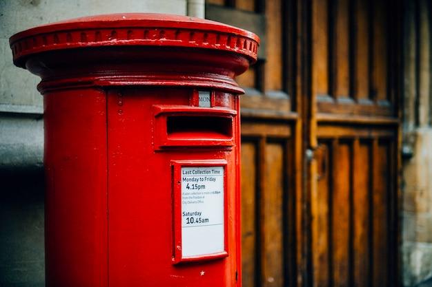Iconische rode britse brievenbus in een stad Gratis Foto