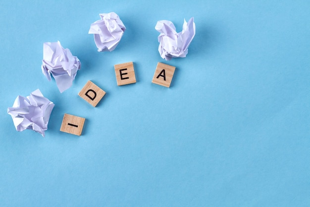 Idee is een actieplan. houten blokken maakten woordidee. geïsoleerd op blauwe achtergrond. Premium Foto