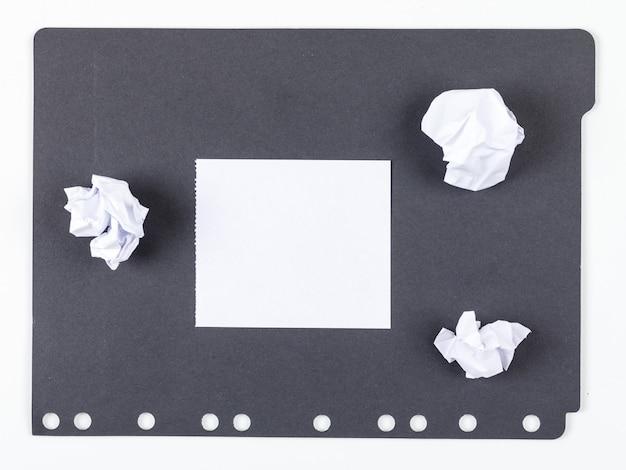 Ideeconcept met document, verpletterd document op witte en zwarte hoogste mening als achtergrond. horizontaal beeld Gratis Foto