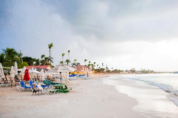 Idyllisch caraïbisch tropisch strand met wit zand, turkoois oceaanwater vóór de regen Premium Foto