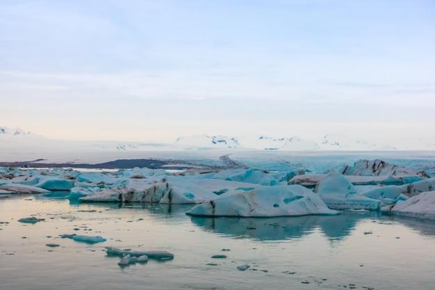 Ijsbergen in de gletsjer lagune, ijsland. Gratis Foto