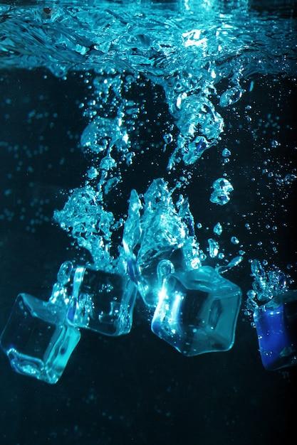 Ijsblokjes met bubbels onderwater Gratis Foto