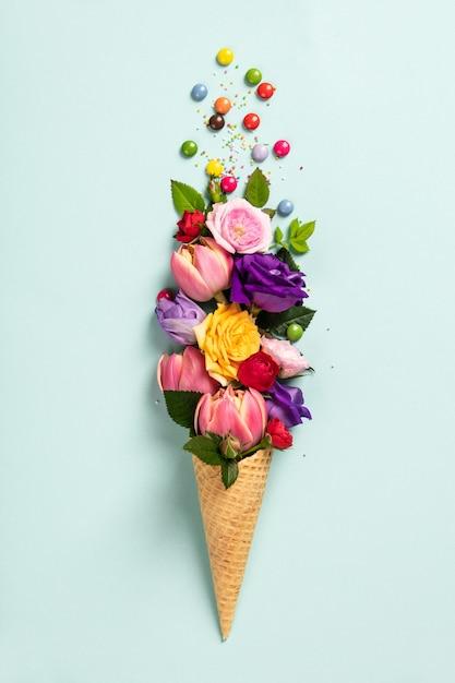 Ijshoorntje met bloemen en hagelslag zomer minimaal concept. Premium Foto