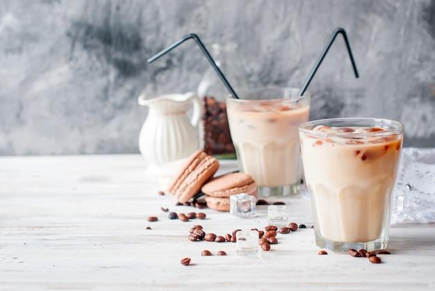 Ijskoffie in glas met ijs, chocolade Premium Foto
