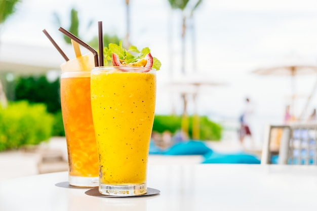 Ijskoude cocktails drinken van glas met strand en zee Gratis Foto