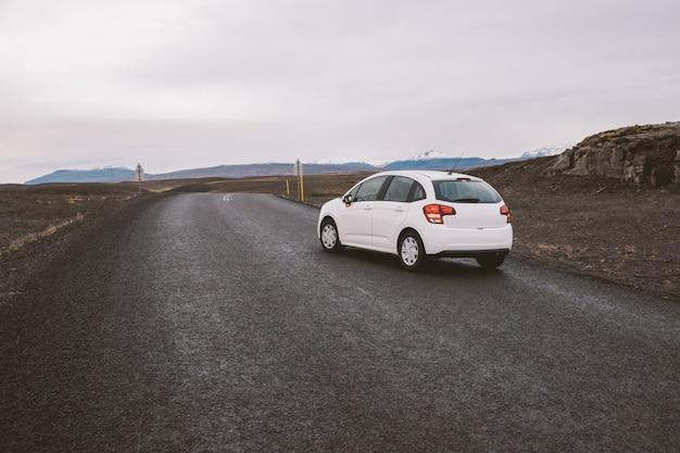Ijslandse eenzame weg in wild gebied met niemand in zicht Premium Foto