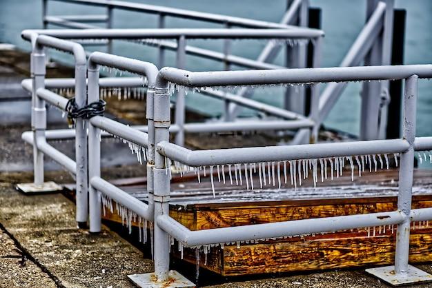 Ijspegels die aan het metalen hek hangen in chicago Gratis Foto