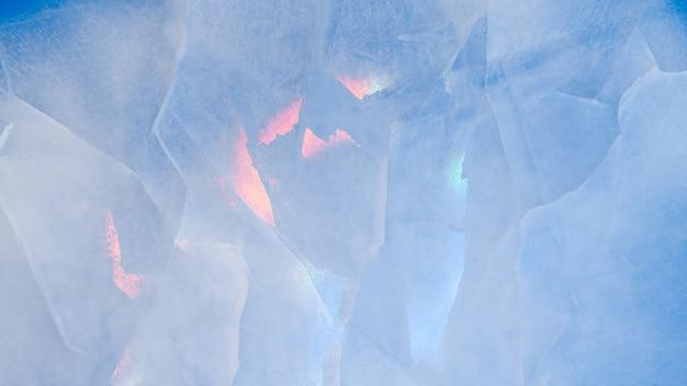 Ijstextuur met kleurrijke iriserende veelkleurige reflecties Premium Foto