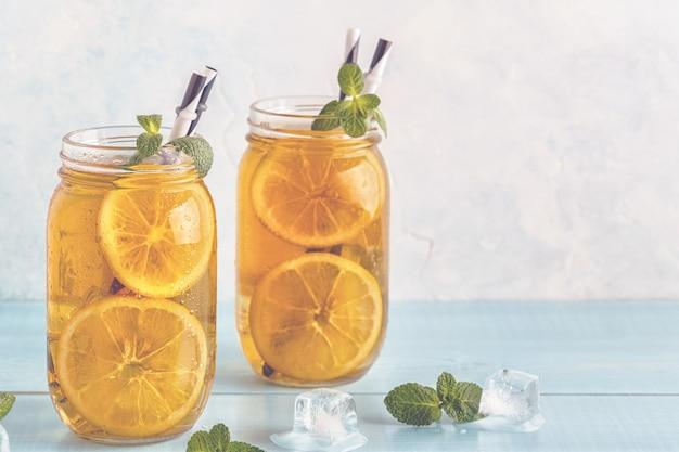Ijsthee met schijfjes citroen en munt Premium Foto