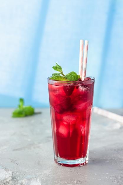 Ijsthee of limonade met frambozen en munt Premium Foto