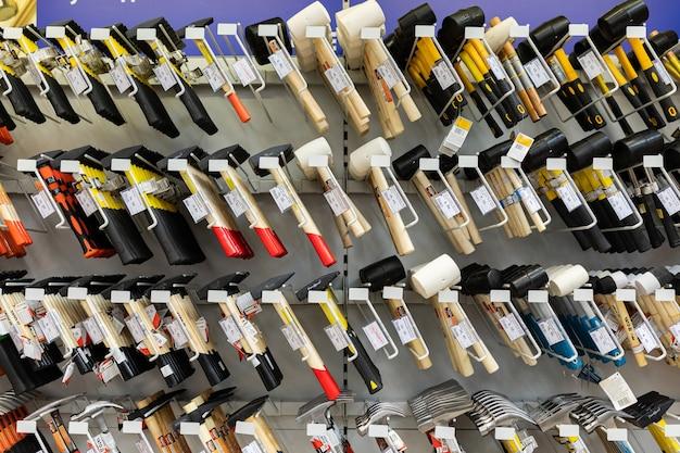 Ijzerhandel met gereedschapstellers inclusief hamers. Premium Foto