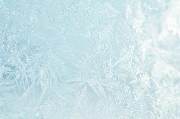 Ijzig natuurlijk patroon op de wintervenster. Premium Foto