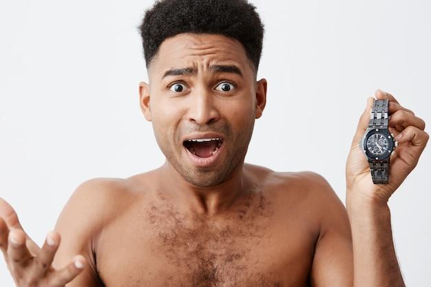Ik ben te laat voor een ontmoeting. omg. slecht begin van de dag. aantrekkelijke mooie afrikaanse mannen met een donkere huidskleur en krullend haar waren frustrerend omdat ze zich realiseerden dat hij laat wakker werd en te laat op zijn werk kwam. Gratis Foto