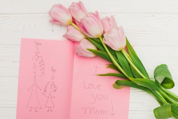 Ik hou van je moeder foto en bloemen op houten tafel Gratis Foto