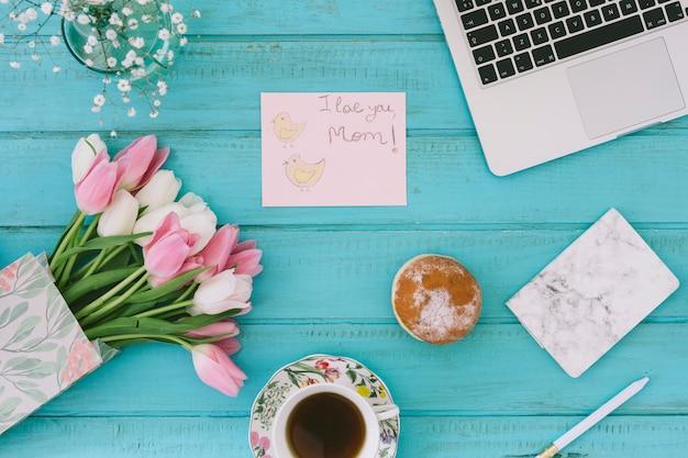 Ik hou van je moeder inscriptie met tulpen en laptop Gratis Foto