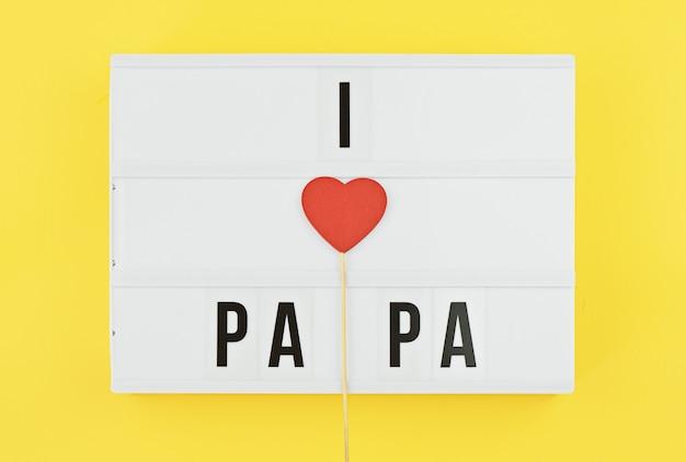 Ik hou van papa tekst op witte lightbox met houten hart op gele achtergrond Premium Foto