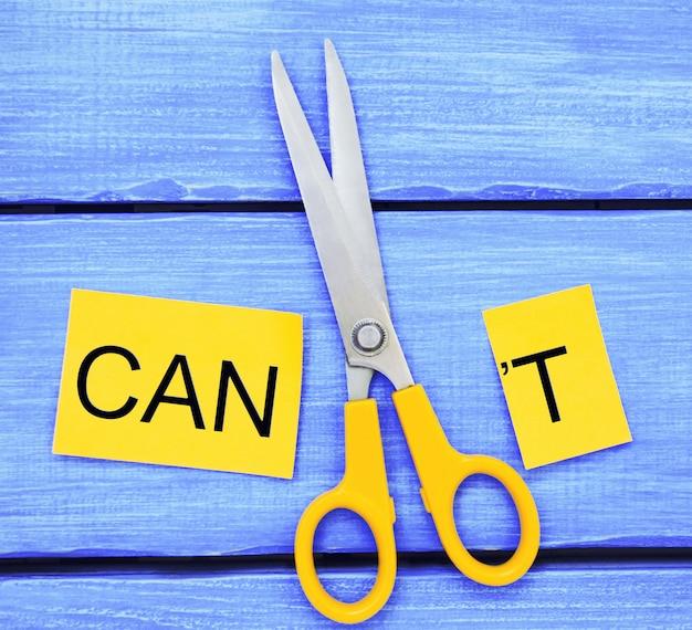 Ik kan zelfmotivatie - het snijden van de letter t van het geschreven woord kan ik niet zodat het zegt Premium Foto