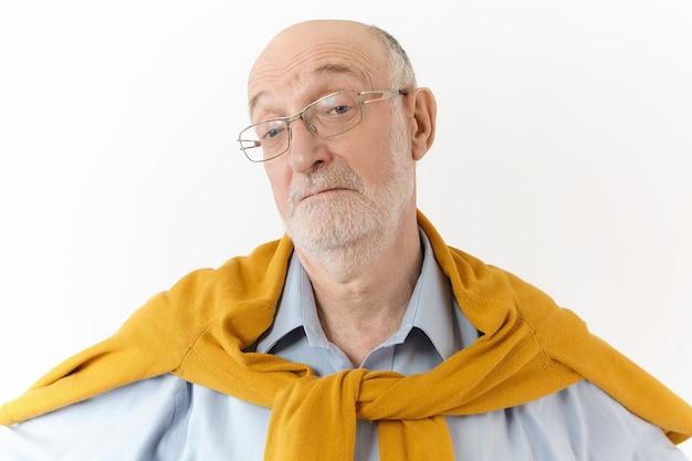 Ik weet het niet. het maakt niet uit. horizontaal schot van emotionele oudere europese man met kaal hoofd en witte baard die wenkbrauwen optrekken, verlies lijden, geen idee van gezichtsuitdrukking hebben verward Gratis Foto