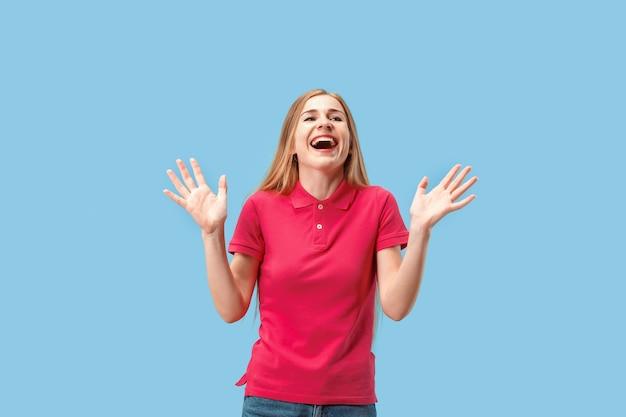 Ik won. winnend succes gelukkige vrouw vieren een winnaar zijn. dynamisch beeld van kaukasisch vrouwelijk model op blauwe studioachtergrond. overwinning, verrukking concept. menselijke gezichtsemoties concept. trendy kleuren Gratis Foto