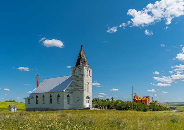 Immanuel lutheran church met korrellift op de achtergrond in admiral, saskatchewan Premium Foto