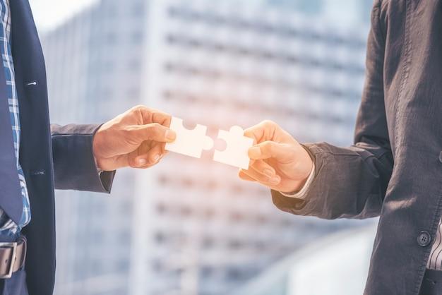 Implementeren puzzel verbeteren communicatie oplossen synergie organiseren teambuilding verbindingsplan vertrouwensdienst strategie. betrouwbare belanghebbenden communiceren de handen van de teams met de synergie van de puzzel Premium Foto