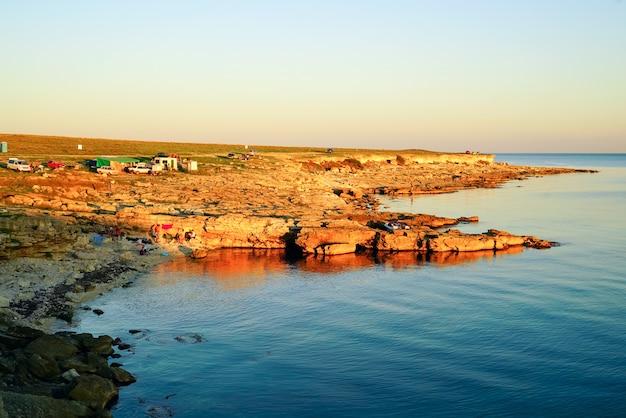 In de avond bij zonsondergang. kamperen aan de kust van de zwarte zee in het gebied van tarkhankut.crimea, Premium Foto