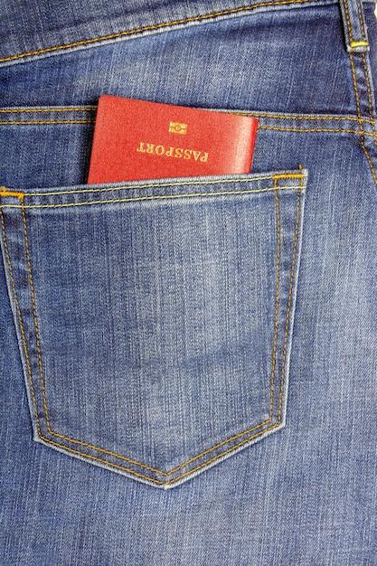 In een zak donkerblauwe jeans paspoort ingebracht Premium Foto