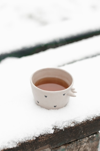 In openlucht kop thee in de winter Gratis Foto
