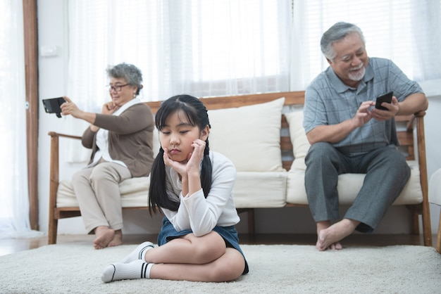 In ruzie bejaarde moeder volwassen dochter zit op de bank apart met conflict, intergenerationeel misverstand, volwassen kleinkind oma moeilijke slechte relaties verschillende generaties concept Premium Foto