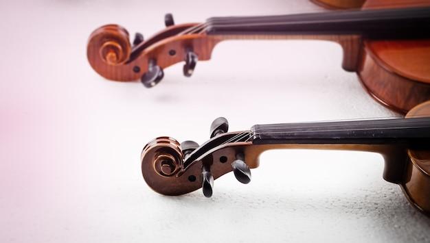 In selectieve focus van scroll en pegbox van viool, wazig licht rond Premium Foto