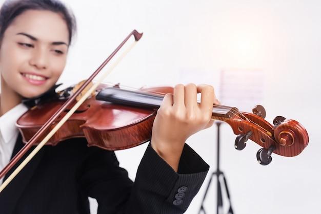 In selectieve focus van viool speelde door student Premium Foto