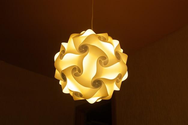 Inclusief lamp in de slaapkamer 's avonds Premium Foto