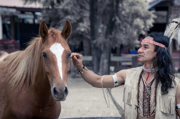 Indiaanse man met paard Premium Foto